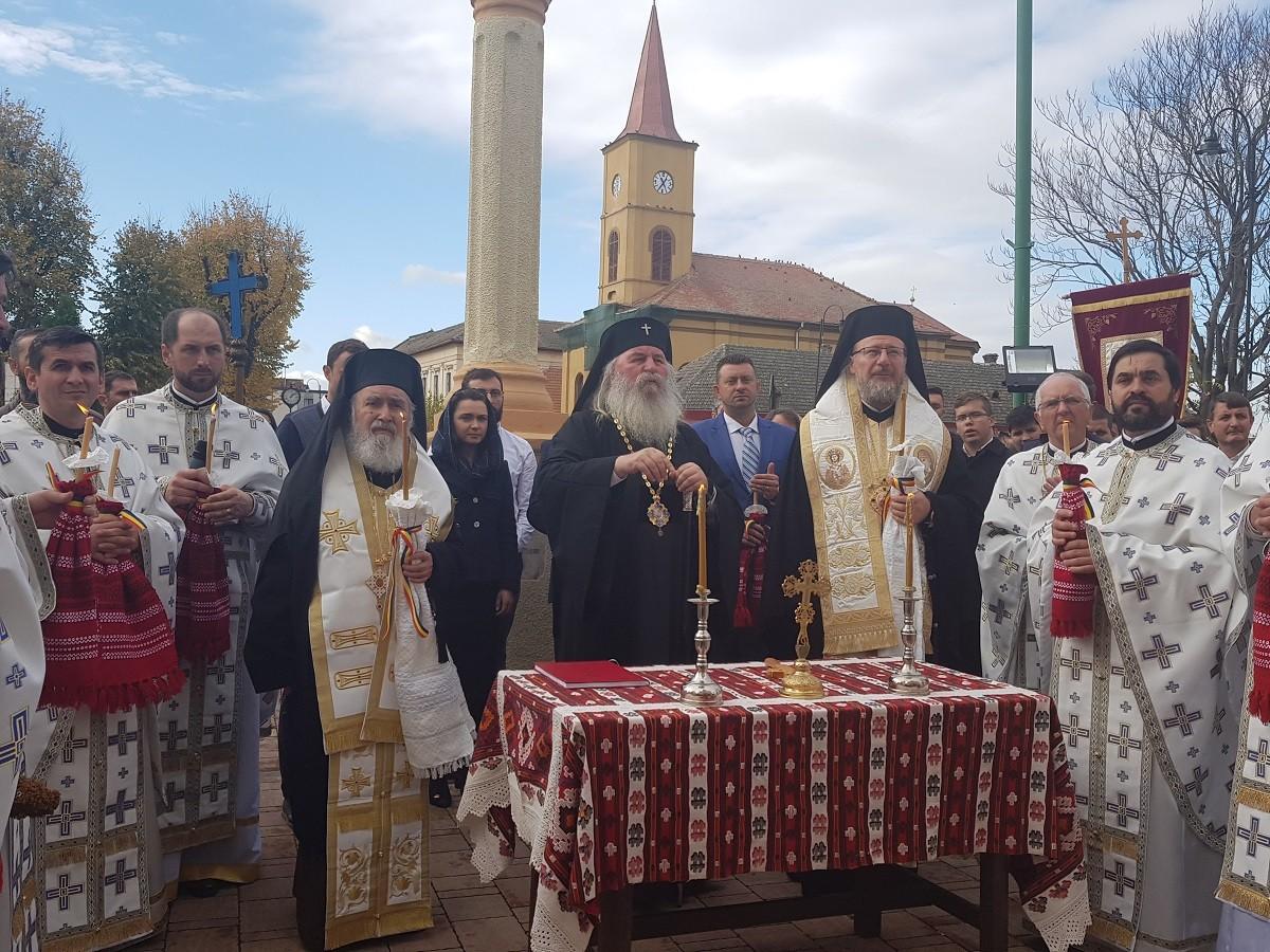 (FOTO) Sărbătoare la biserica ortodoxă din Cetatea Ineului. Pictura și catapeteasma restaurată, sfințite de ierarhii arădeni și Mitropolitul Banatului