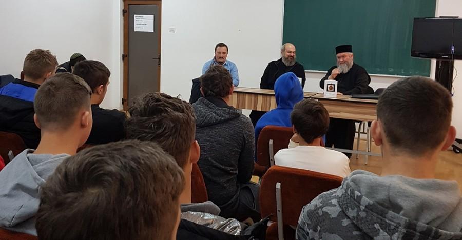 """Părintele Silviu Bunta, de la University of Dayton, în  dialog cu tinerii de la Școala """"ASTRA"""" Arad"""