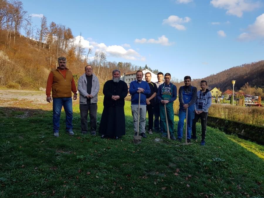"""(FOTO) Elevii Școlii """"Astra"""" au plantat peste 120 de puieți de stejar și pomi fructiferi în Stațiunea Moneasa"""