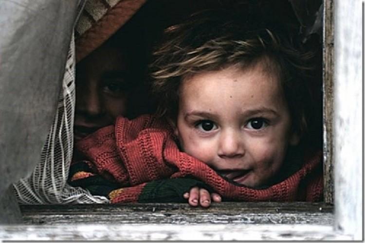 Copiii României: cea mai mare rată de mortalitate din UE, peste 150.000 merg seara la culcare flămânzi, 15.000 de cazuri de abuz