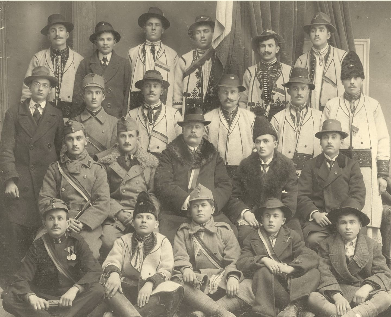 Fotografia Delegației Ineului care, în data de 29 noiembrie 1918, a pornit spre Alba Iulia și a participat la Marea Adunare Națională din 1 Decembrie