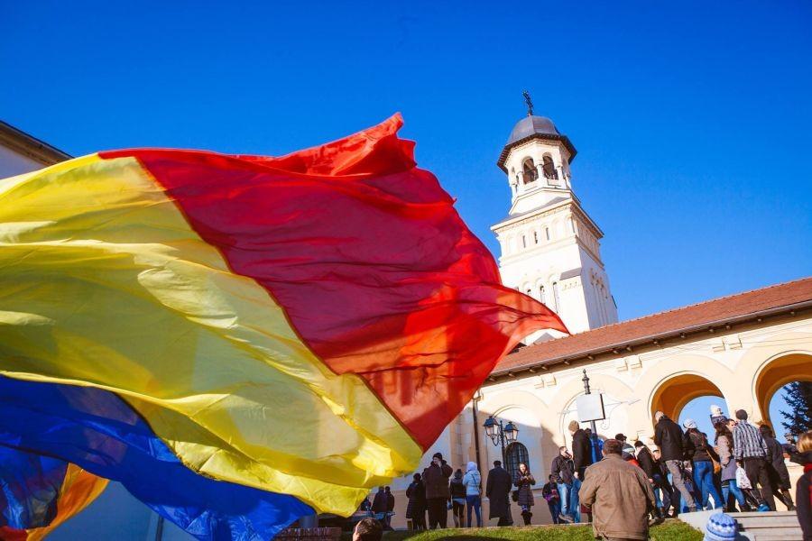 Drapel imens, arborat în Piața Tricolorului din Alba Iulia