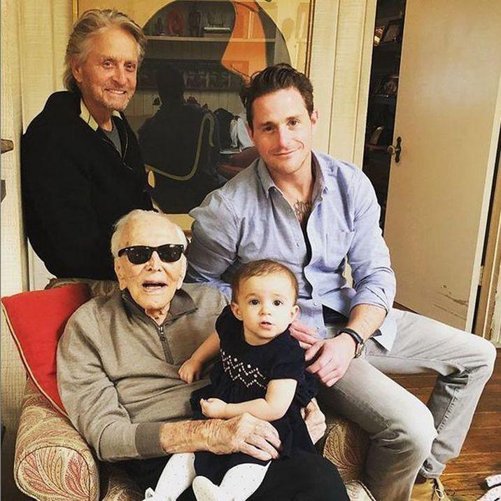 Kirk Douglas a împlinit 103 ani. Este cel mai longeviv actor din istorie