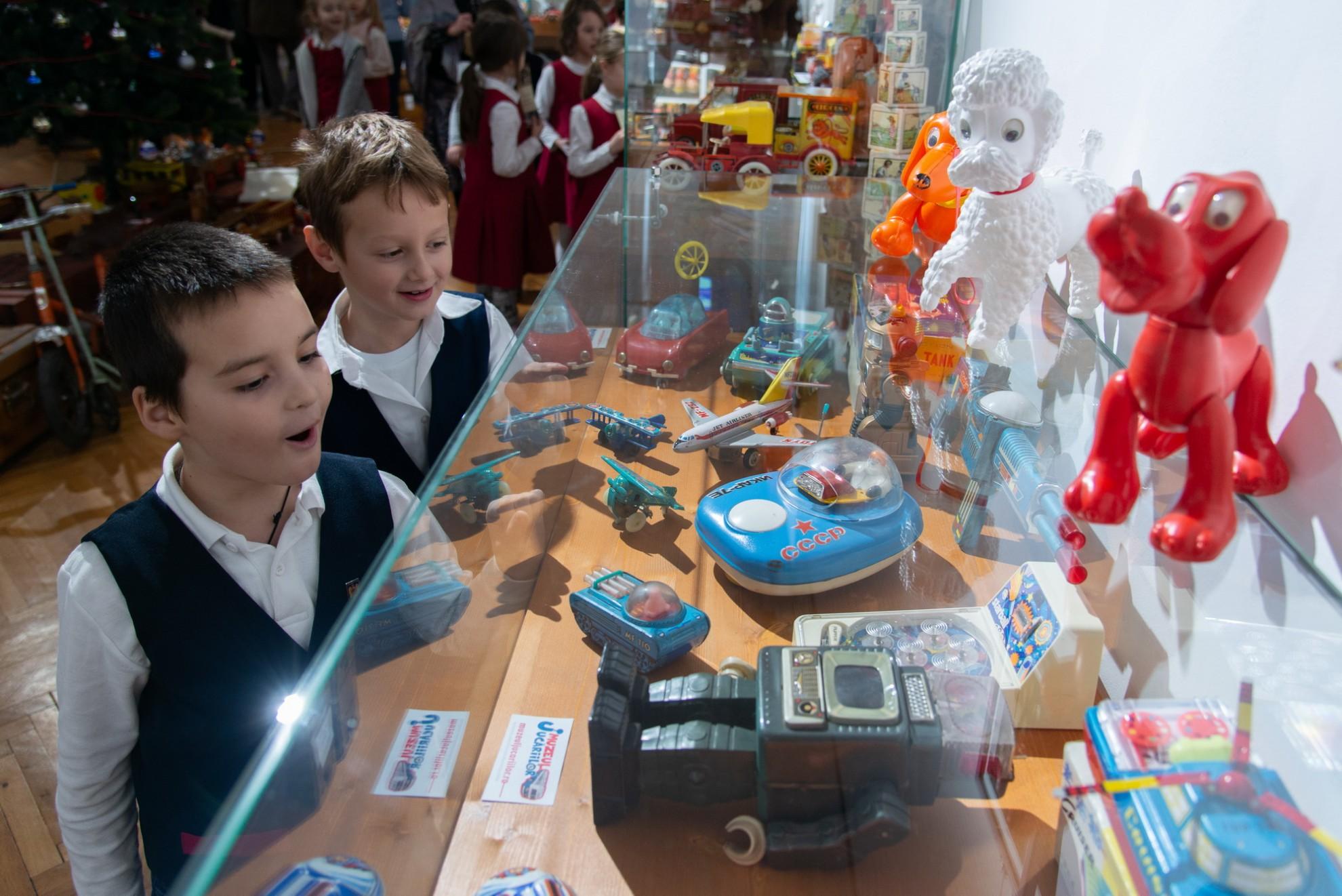 """""""De la Moș Gerilă la Moș Crăciun"""", o expoziție fabuloasă de jucării la Muzeul de Artă"""