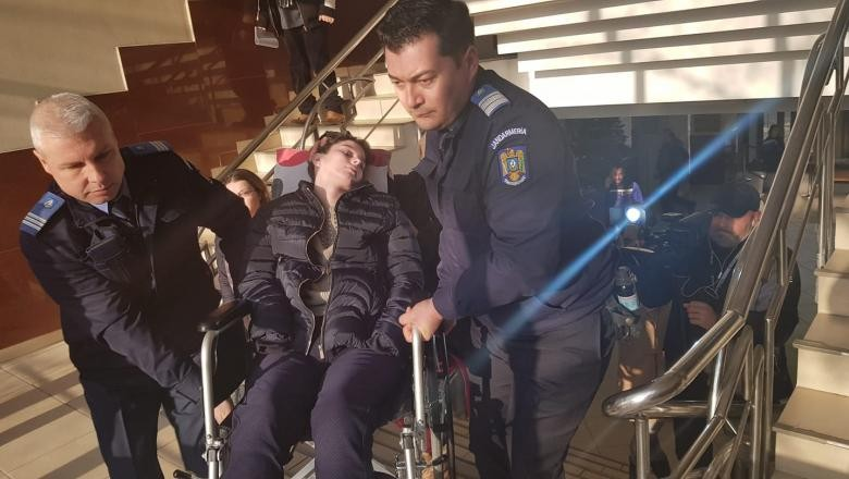 Imaginea zilei vine de la Iași. Adolescentă paralizată de 4 ani, urcată pe braţe la instanţă pentru că judecătorii au vrut să vadă în ce stare e