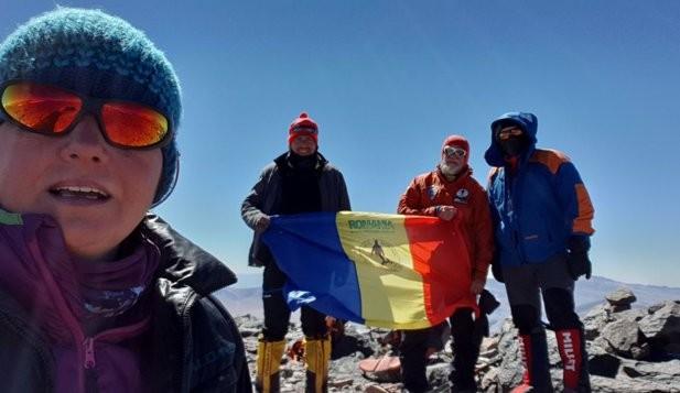 Vârful celui mai înalt vulcan din lume, atins în premieră de cinci alpiniști români