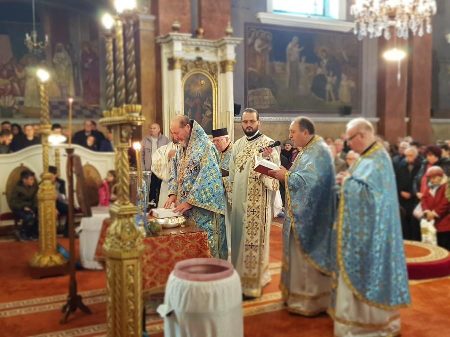 (FOTO) Botezul Domnului, luminarea lumii. Catedrala Veche, neîncăpătoare pentru arădenii veniți să ia Agheasma Mare