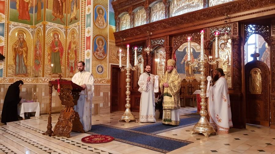 """(FOTO) PS Emilian Crișanul: """"Mulțumirea și recunoștința, starea de normalitate a omului"""". Liturghie Arhierească la Mănăstirea Gai"""