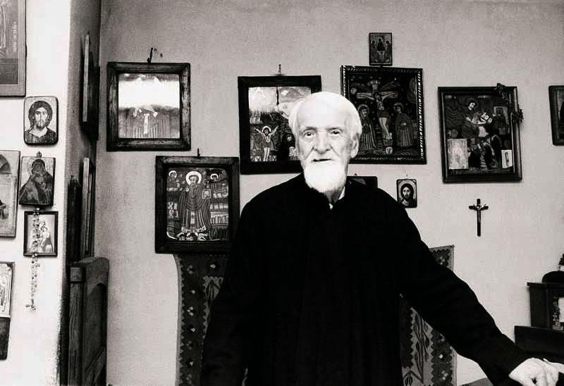 """""""Cel mai frumos şi mai convingător discurs despre dragoste este îmbrăţişarea!"""" – Părintele Dumitru Stăniloae"""