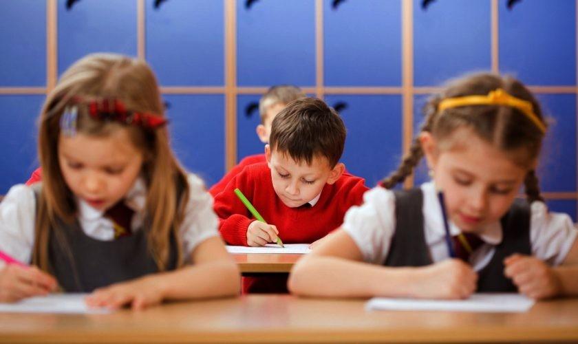 Modificări importante la Legea Educației. Transport gratuit pentru toți elevii și număr redus de copii la clase