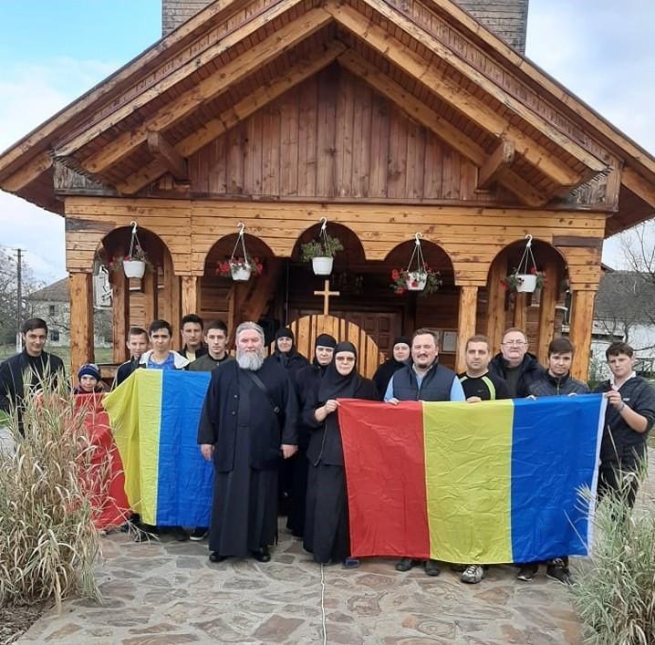 """Peste 100 de nuci și pomi fructiferi, plantați de elevii Școlii """"ASTRA"""" din Arad la Mănăstirea Tămand"""