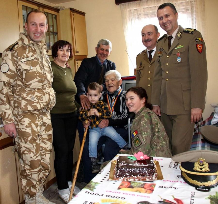 """""""Mă uit mereu pe hărți, să văd câte ape am trecut"""". Veteranul de război Constantin Herțoiu, sărbătorit la 106 ani"""