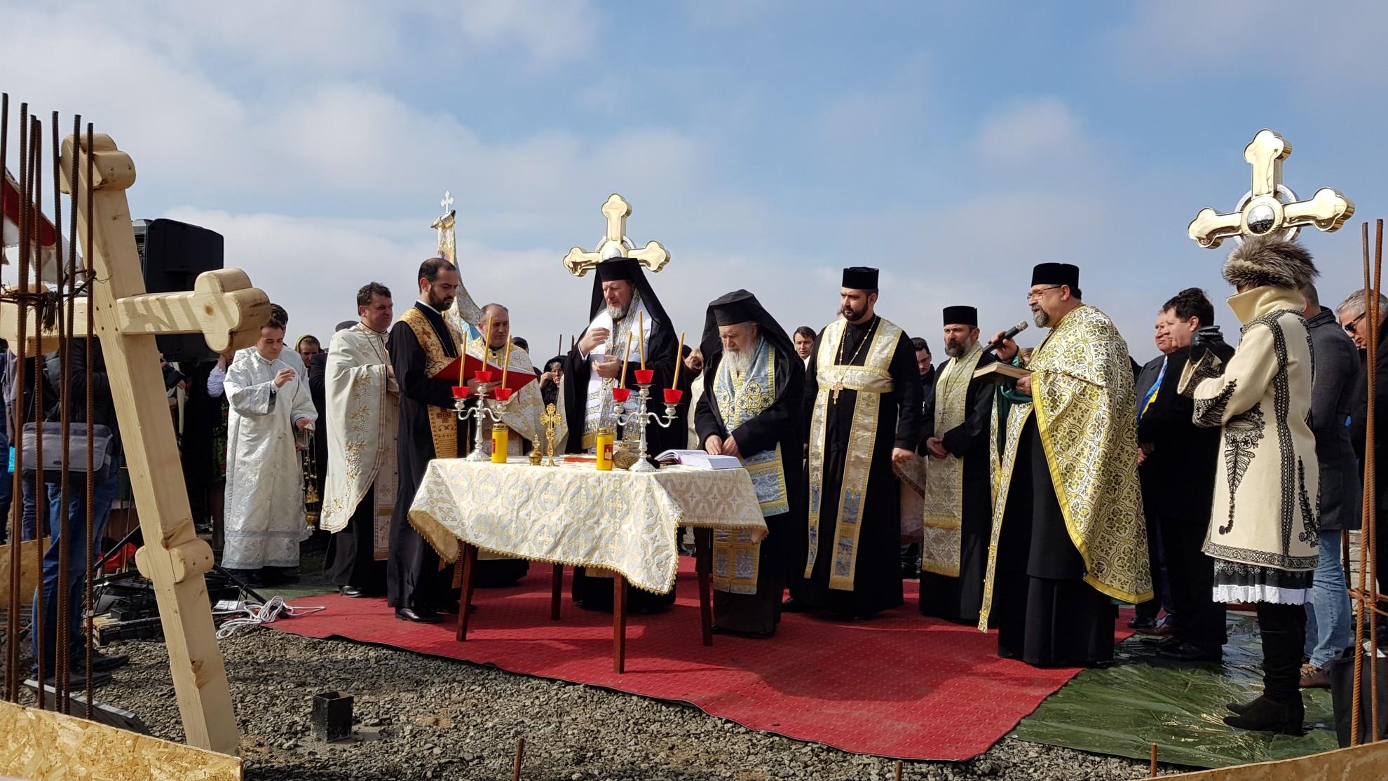 (FOTO) Ierarhii arădeni au pus piatra de temelie pentru noua biserică din Parohia Vladimirescu II