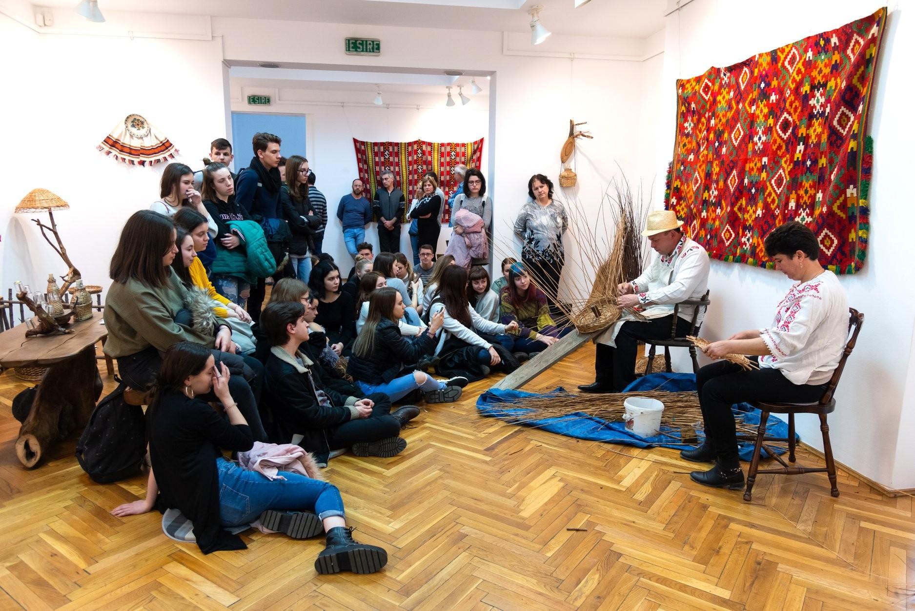 Expoziție etnografică și Ateliere de împletit nuiele la Complexul Muzeal Arad