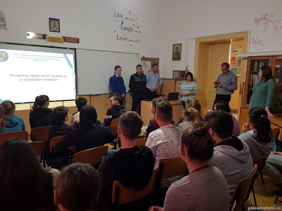 O Lecție Altfel predată de un polițist, un jandarm și un inspector DGASPC elevilor de la Școala Gimnazială din Olari