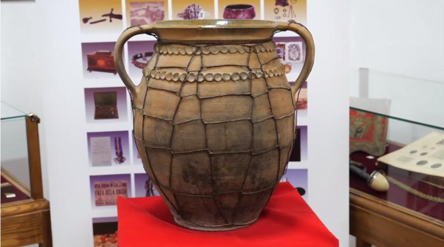 Oală de sarmale provenită din Birchiș, exponatul lunii martie la Complexul Muzeal Arad