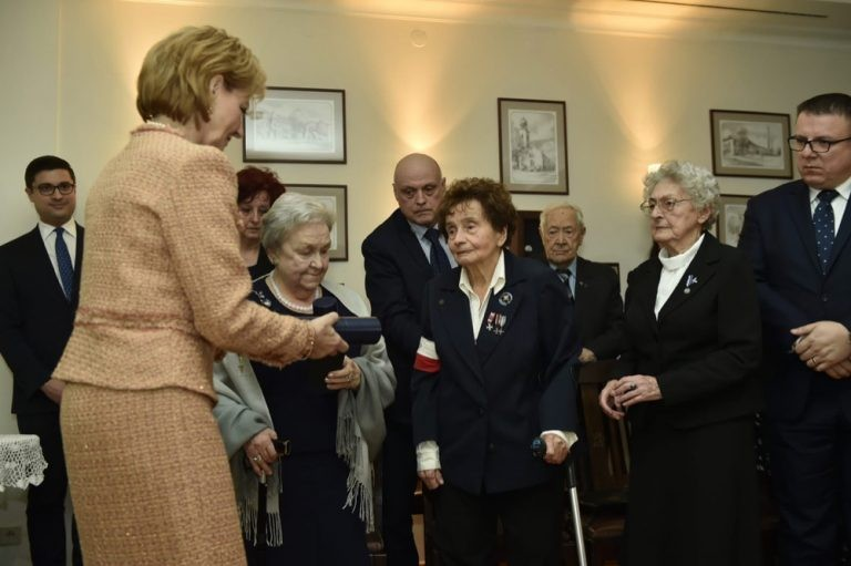 Trei veterane ale Insurecţiei din Varşovia, decorate de Custodele Coroanei Române