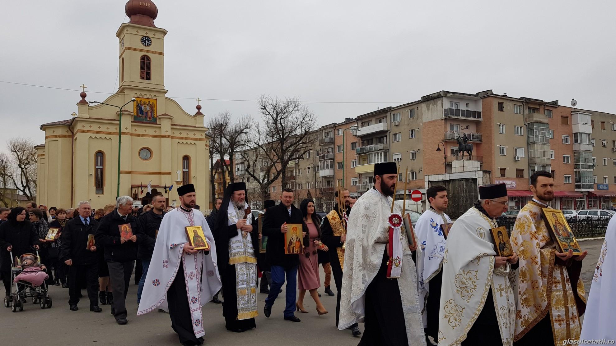 (FOTO) Duminica Ortodoxiei - Ziua fiecărui creștin ortodox. Liturghie Arhierească și Procesiune cu icoane în Parohia Ineu