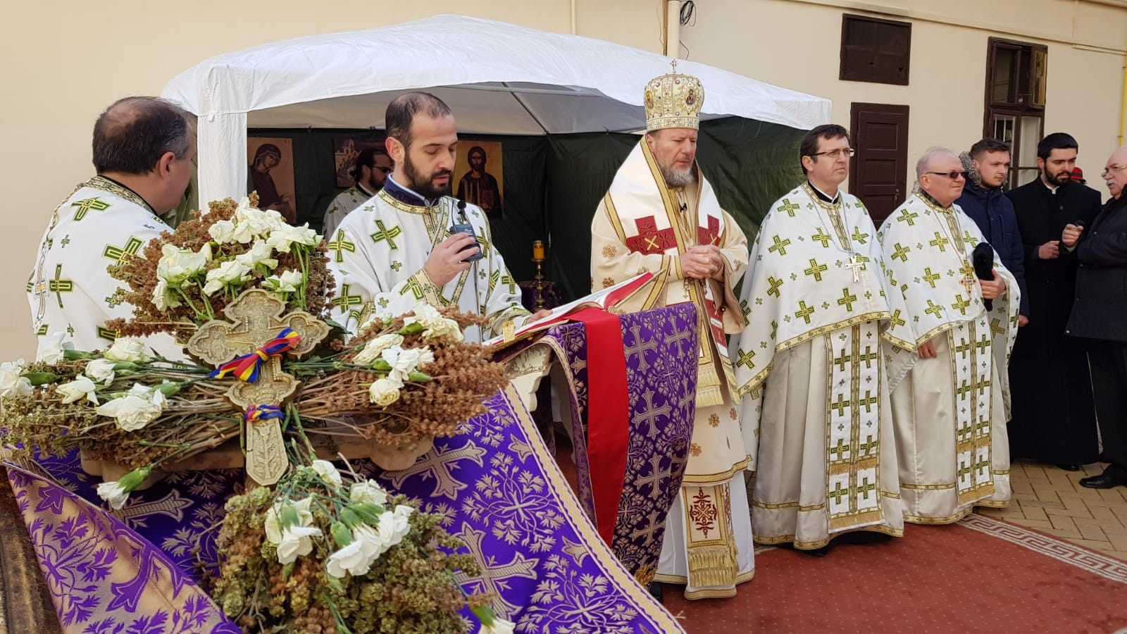 (FOTO) Duminica Sfintei Cruci. Asumarea Crucii - sensul vieții noastre