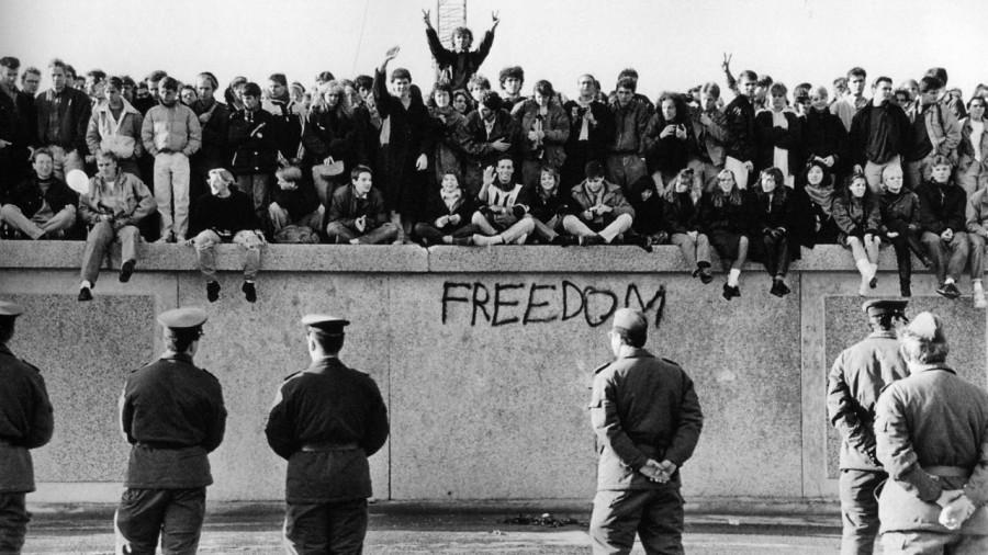 30 de ani de la căderea Zidului Berlinului. Un fragment din el a fost expus în curtea Academiei Române