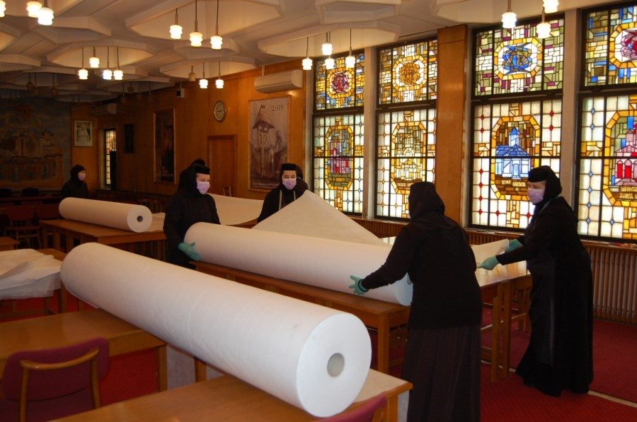 Maicile din Mitropolia Banatului au confecționat mii de prosoape și lenjerii de pat pentru secțiile de terapie intensivă