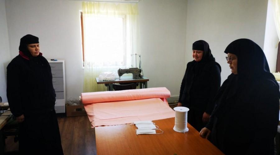 Maicile de la Mănăstirea Arad-Gai și Schitul Tămand confecționează mii de măști pentru spitale și persoanele nevoiașe