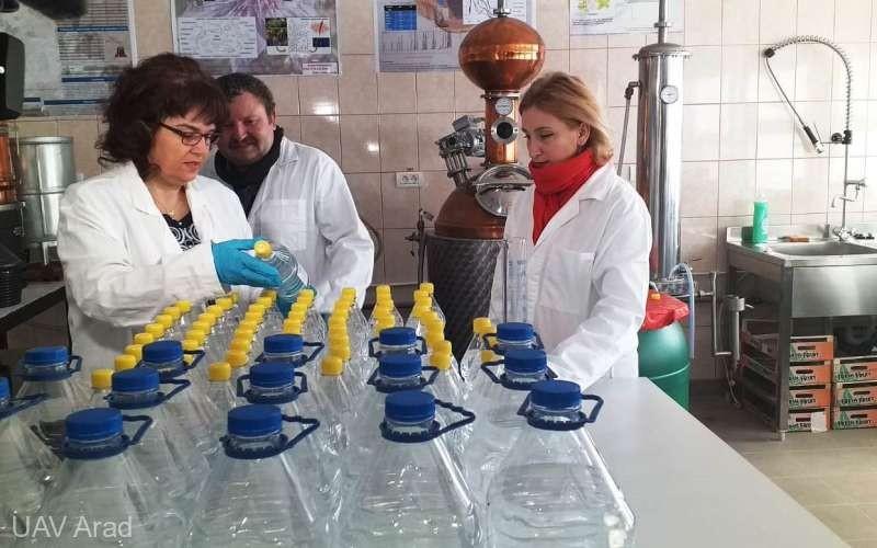Profesorii de la UAV Arad au produs în laboratoare peste 1.000 de litri de dezinfectant pentru spitalele din regiune