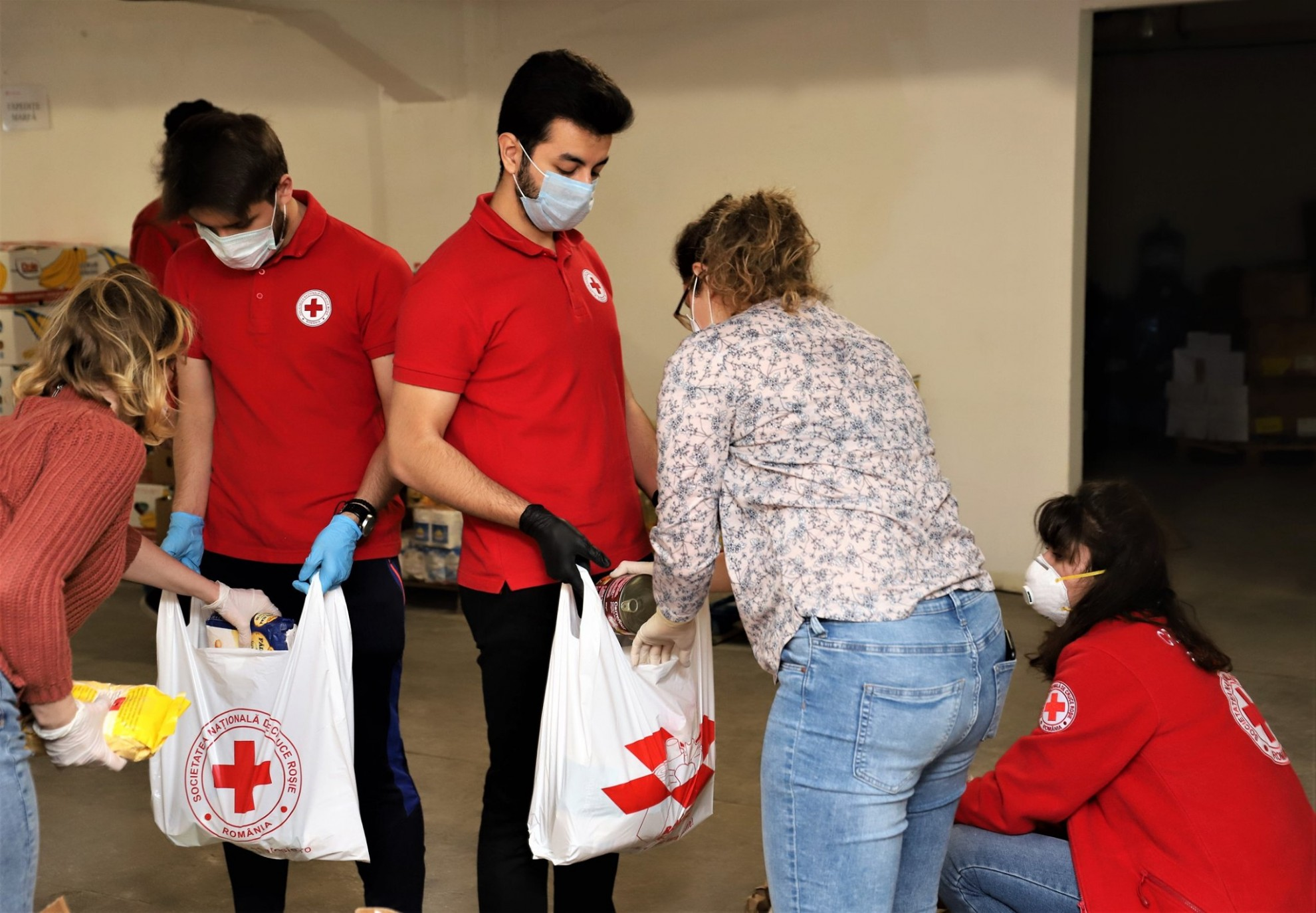 Pachete cu alimente greu perisabile împărțite de Crucea Roșie Română solicitanților de azil și refugiaților