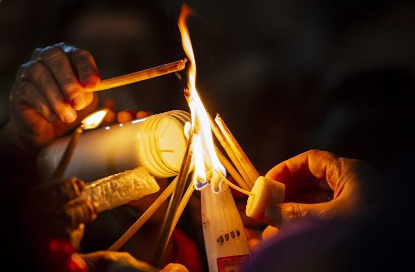 Cum vom primi Sfânta Lumină și Paștile în acest an. Noul acord al Patriarhiei Române şi Ministerului Afacerilor Interne