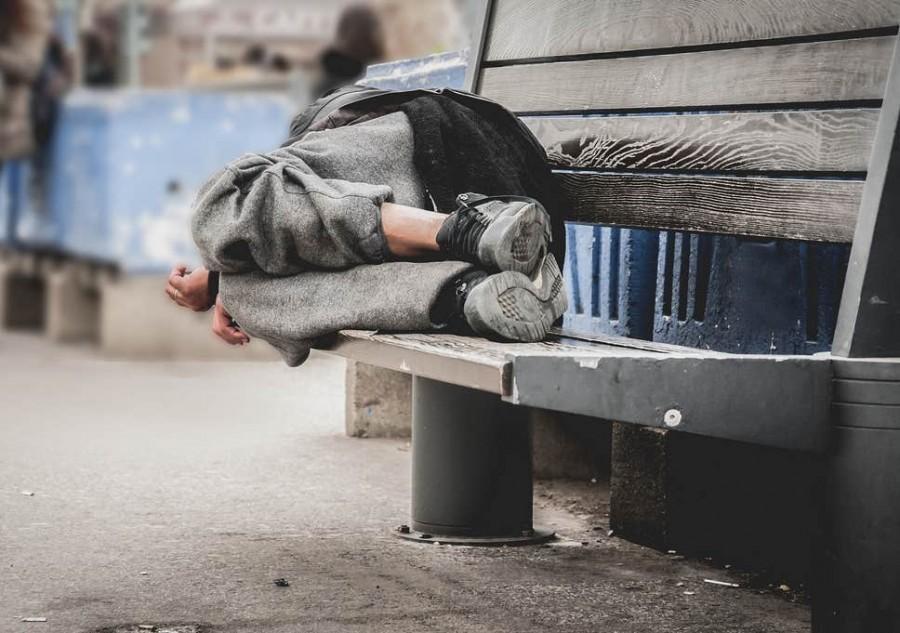 Adăpost temporar pentru oamenii străzii din Arad, amenajat într-o sală de sport
