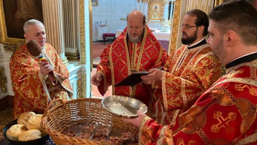Liturghie Arhierească în Joia Patimilor, la Catedrala Veche. Paștile au fost sfințite și vor fi împărțite credincioșilor de voluntari