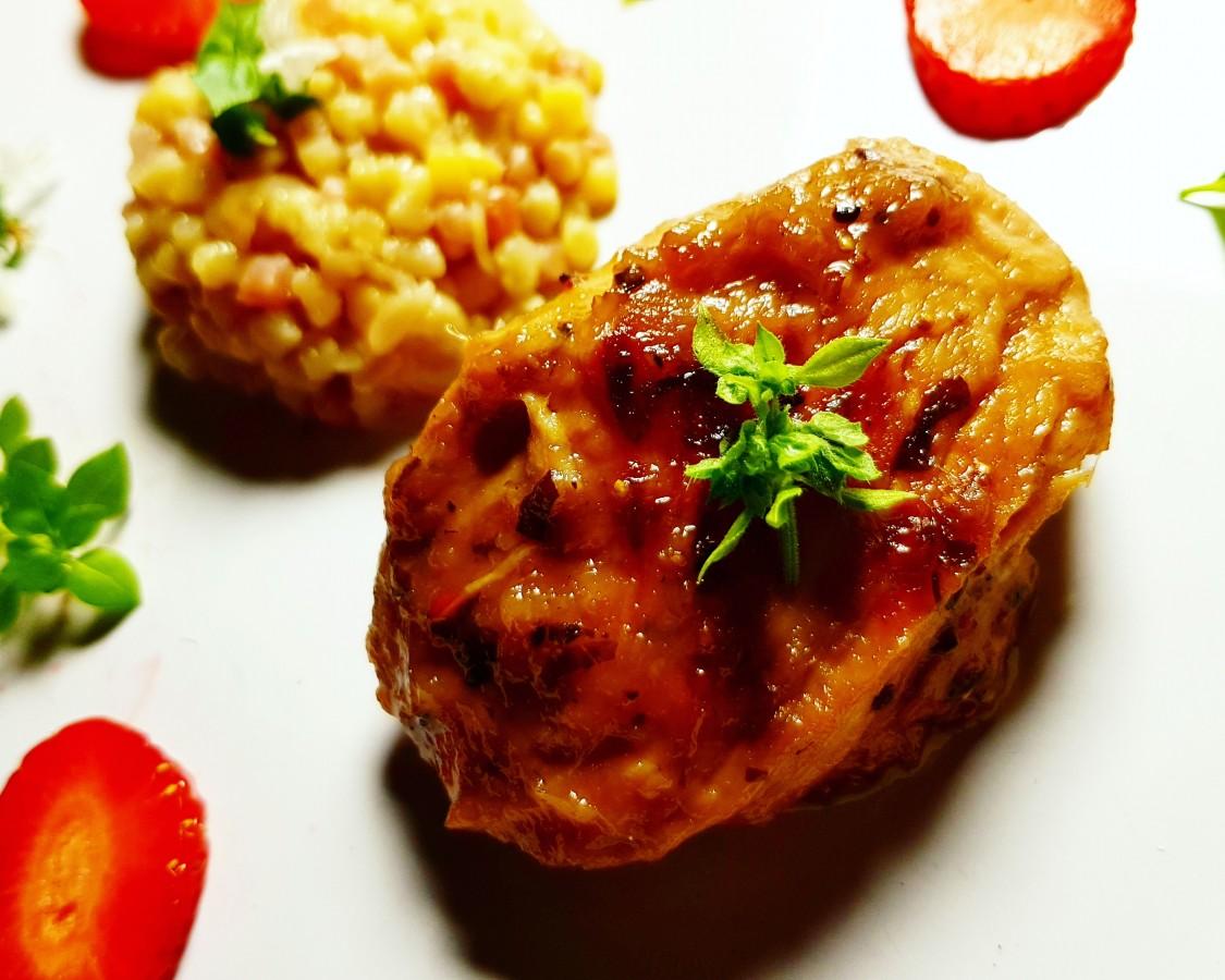 Din Bucătăria Lui Eliss. Piept de pui în marinadă de kiwi și căpșuni cu garnitură de cușcuș cu legume