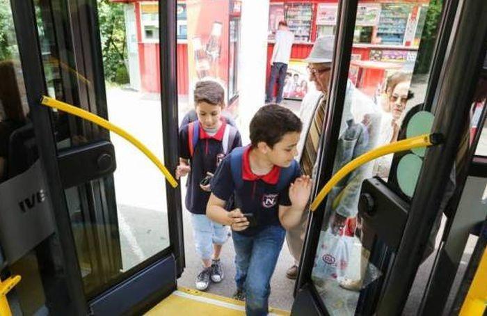 Elevii din România vor avea transport gratuit pe tot parcursul anului