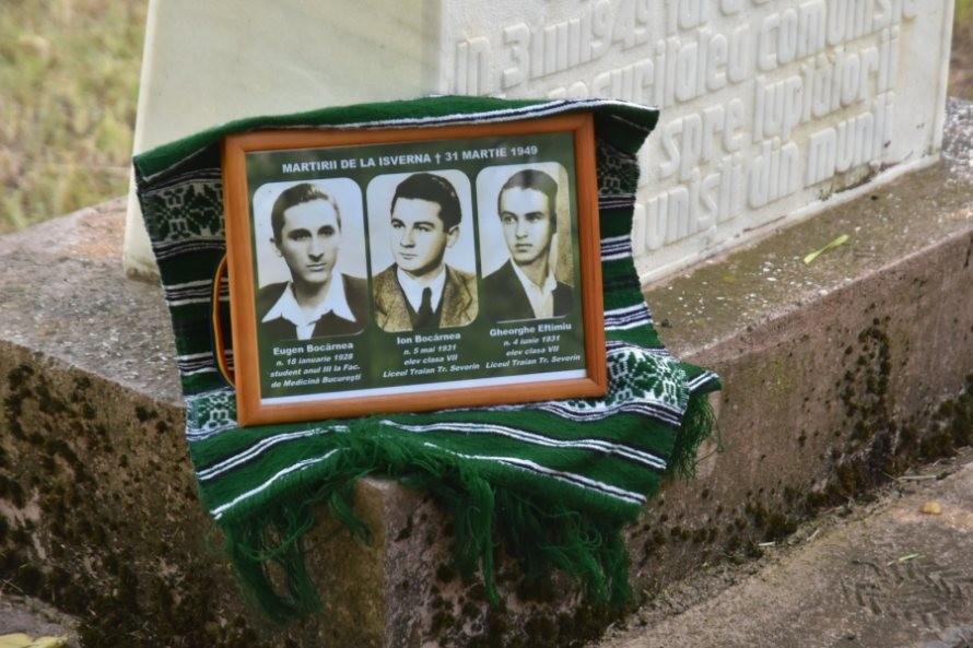 Cei trei tineri uciși de comuniști în Munții Isvernei, comemorați la 71 de ani de la tragicul eveniment