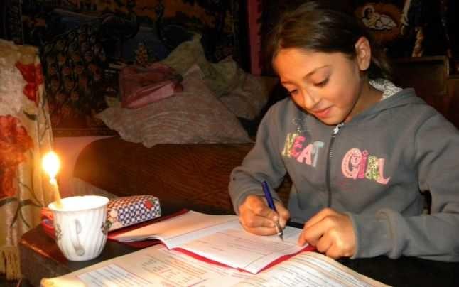 România 2020. Sute de mii de elevi nu au putut face cursuri online din cauza sărăciei