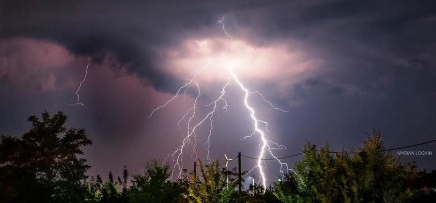 Cod galben de ploi torențiale, vijelii și descărcări electrice pentru Arad și alte 27 de județe