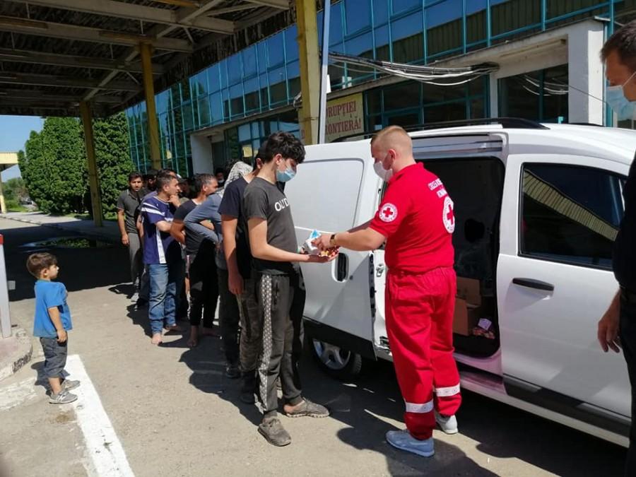 Voluntarii de la Crucea Roșie și ISU Arad și-au unit forțele pentru a ajuta 40 de persoane aflate în dificultate în Vama Turnu