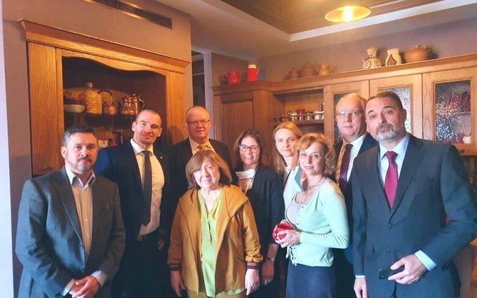 Fotografia zilei vine din Belarus! Ambasadorii din România și alte state europene s-au dus acasă la Svetlana Alexievici pentru a împiedica arestarea sa