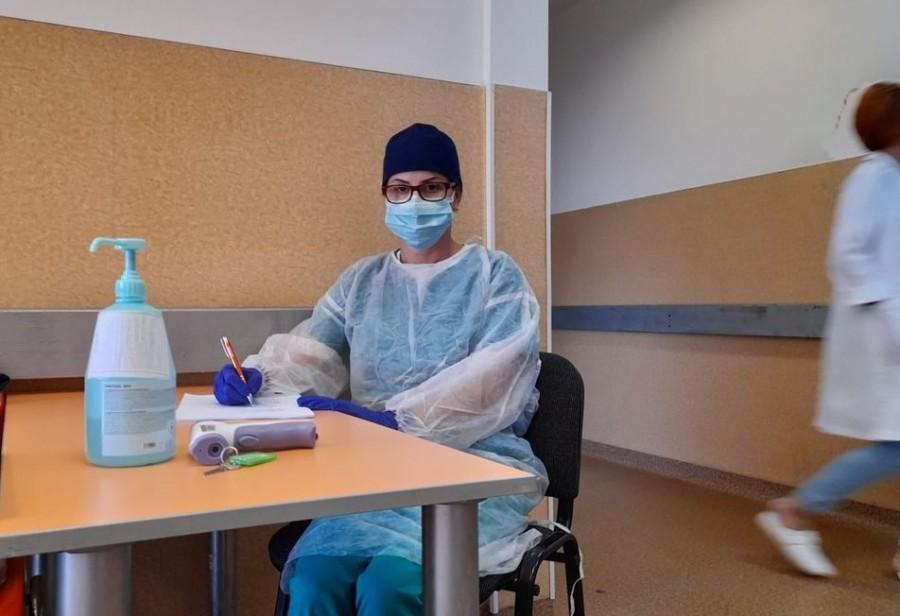 Carmen Laza, asistenta care din luna mai lucrează zilnic în zona de triaj a Spitalului Județean Arad