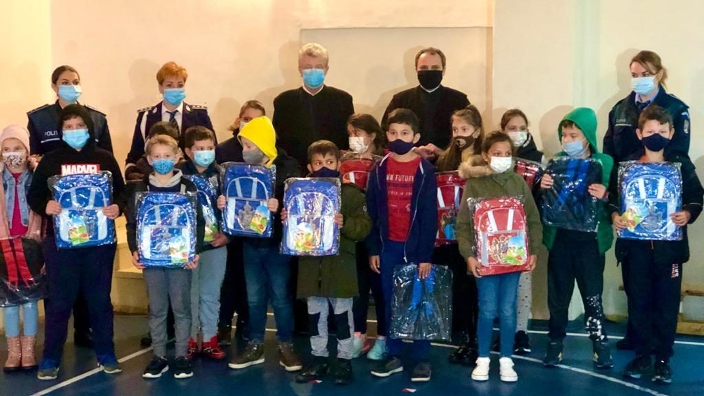 Polițiștii arădeni, în colaborare cu Arhiepiscopia Aradului, au donat ghiozdane pentru 100 de copii