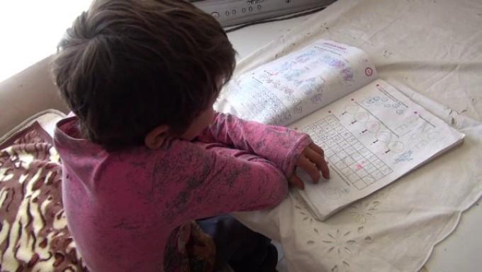 Peste un sfert dintre copiii din România și 43% dintre profesori nu au resursele materiale necesare învățământului online