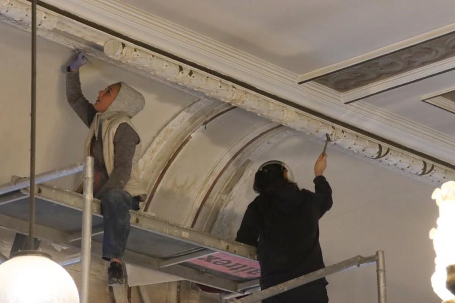 Renovarea Sălii Iuliu Maniu, simbol arădean al Marii Uniri, scoate la lumină frescele originale acoperite de comuniști