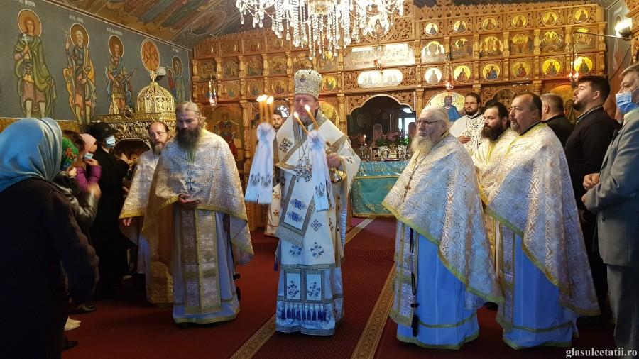 """""""Singuri alegem cum să trăim: unul împotriva altuia, unul lângă altul sau unul pentru altul"""", a spus PS Emilian Crișanul la Mănăstirea Feredeu"""