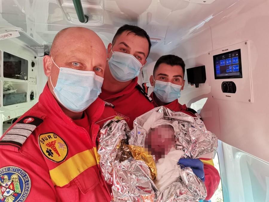 Totul e bine când se termină cu bine! Trei salvatori ISU au ajutat o tânără mămică să nască în ambulanță