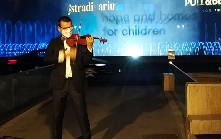Violonistul Alexandru Tomescu a cântat live, în aer liber, de Ziua Mondială a Copiilor Orfani