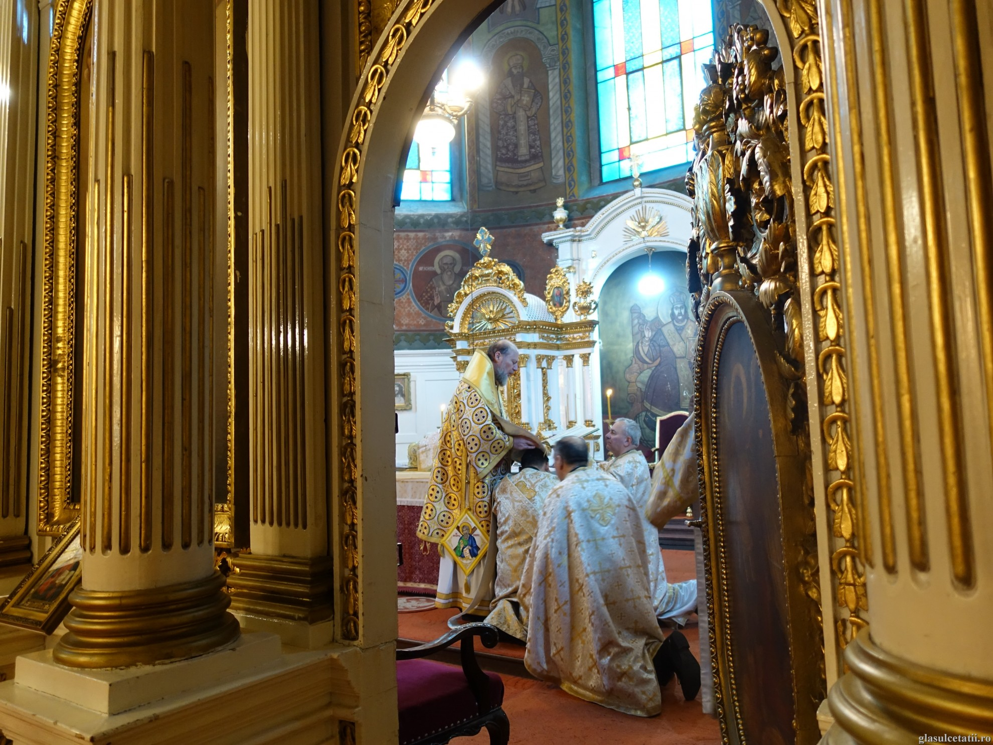 ÎN IMAGINI - Liturghie Arhierească și hirotonie întru diacon și preot la Catedrala Veche din Arad