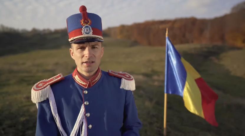 """Un jandarm a cântat la pian """"Deșteaptă-te, române!"""", la 1700 de metri altitudine"""