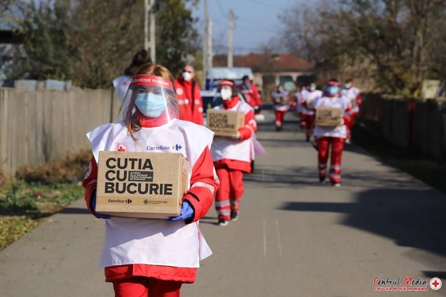 Custodele Coroanei mulţumeşte voluntarilor Crucii Roşii pentru devotament şi curaj