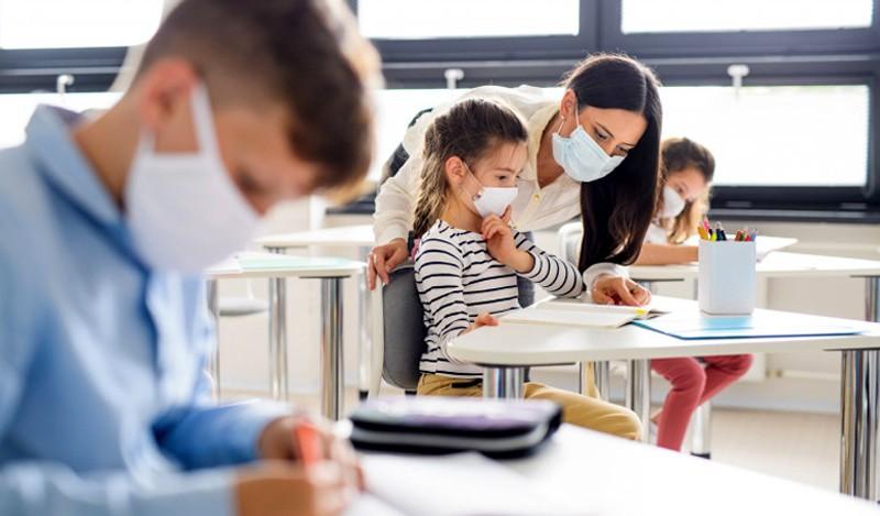 Școlile s-ar putea redeschide în siguranță la începutul lunii aprilie 2021