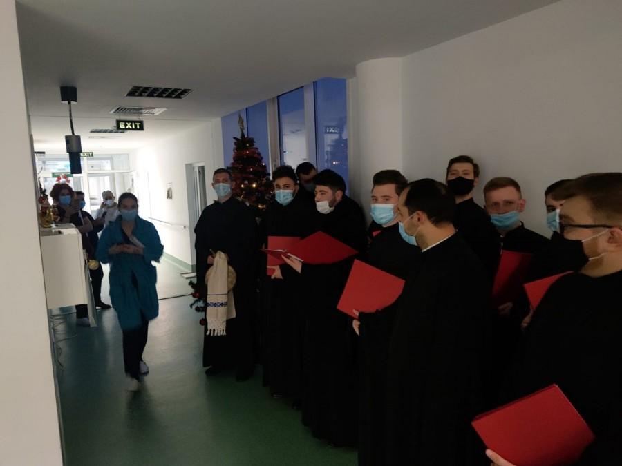 """Colind cu sufletul în spitalele arădene. Grupul Psaltic """"Sfântul Ioan Damaschin"""" a colindat bolnavii și cadrele medicale"""